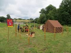 Ein kleines Römerlager mit braunem Zelt ist zu sehen.
