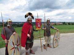 Römersoldaten in verschiedenen Rüstungen sind zu sehen.